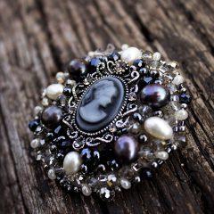 Как носить броши из натуральных кристаллов?