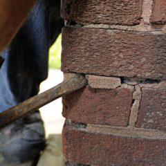 Как выполняют демонтаж кирпичного дома?